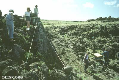 Jo Anne Van Tilburg (center, left) and Raúl Paoa Ika (center, rear) at site 7-581. ©1983 EISP/JVT/Photo: D. C. Ochsner.