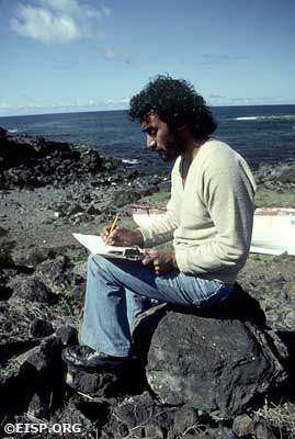 Raúl Paoa Ika sketching. ©1983 EISP/JVT/ Photo: D. C. Ochsner.