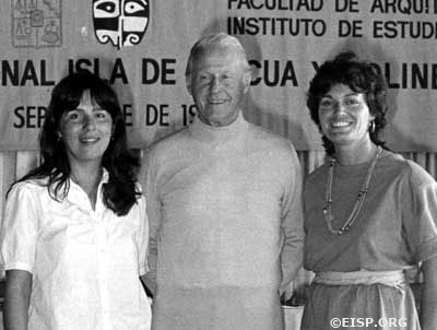 Jo Anne Van Tilburg (right), with Thor Heyerdahl, and Patricia Vargas Casanova at the <em>Premier Congreso Isla de Pascua y Polinesia Oriental. <em />©1984 EISP/JVT/ Photo: D. C. Ochsner.