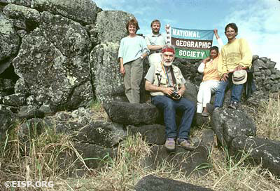 David C. Ochsner, Jo Anne Van Tilburg, Curtiss H. Johnson, Luisa Fati, Cristián Arèvalo Pakarati (and the National Geographic Society flag), Vai Mata, Rapa Nui. Photo by David C. Ochsner, © JVT/EISP.