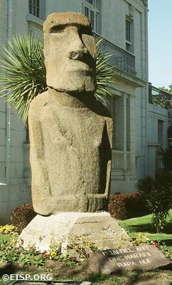 Moai FM-VDM-001 in front of the Museo Fonck. ©1989 EISP/JVT/ Photo: J. Van Tilburg