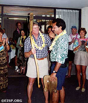 Ted Ralston and Rodrigo Paoa at the welcoming presentation for Rapa Nui paddlers. ©1995/RNOC/Photo: Jo Anne Van Tilburg.