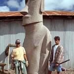 Cristián Arévalo Pakarati and his assistant carver Miguel Angel Arévalo Pakarati. ©1999 EISP/JVT/Photo: C. Sierra