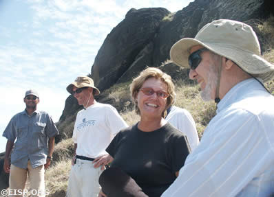 Cristián Arévalo Pakarati, Barry Rollett, Jo Anne Van Tilburg, and Jared Diamond at Rano Raraku. ©EISP/JVT/Photo: A. Hom.