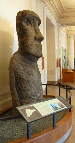 <em>Moai</em> installed at the Constitution Ave. entrance of the National Museum of Natural History, Smithsonian Institution in Washington D.C., April 2006.