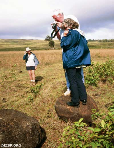 Traveller Tour guests help EISP document a newly recorded torso. Photo by Pam Davies ©2003 EISP.