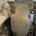 Excavation overview of statue RR-001-156 with Project Director Cristián Arévalo Pakarati. © EISP 2011