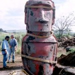 Replica moai, with the front half of the mold still in place, being lifted upright. ©1998 EISP/JVT/Photo: J. Van Tilburg.